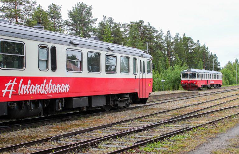Sørgående og nordgående tog på Inlandsbanan møtes i Sorsele.