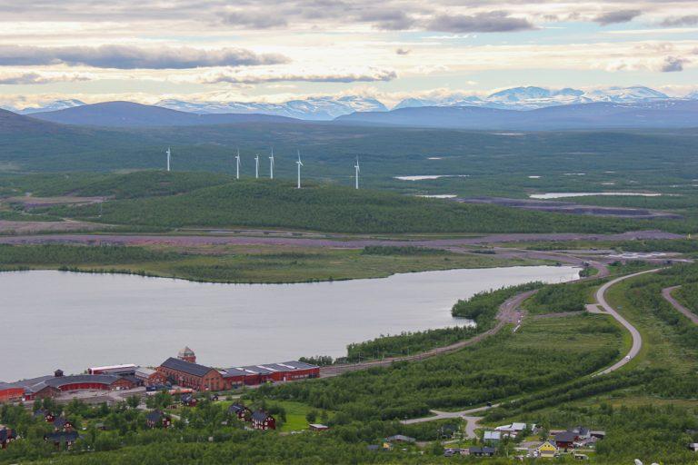 Utsikt fra Luossabacken: Kiruna og Kebnekaisemassivet.