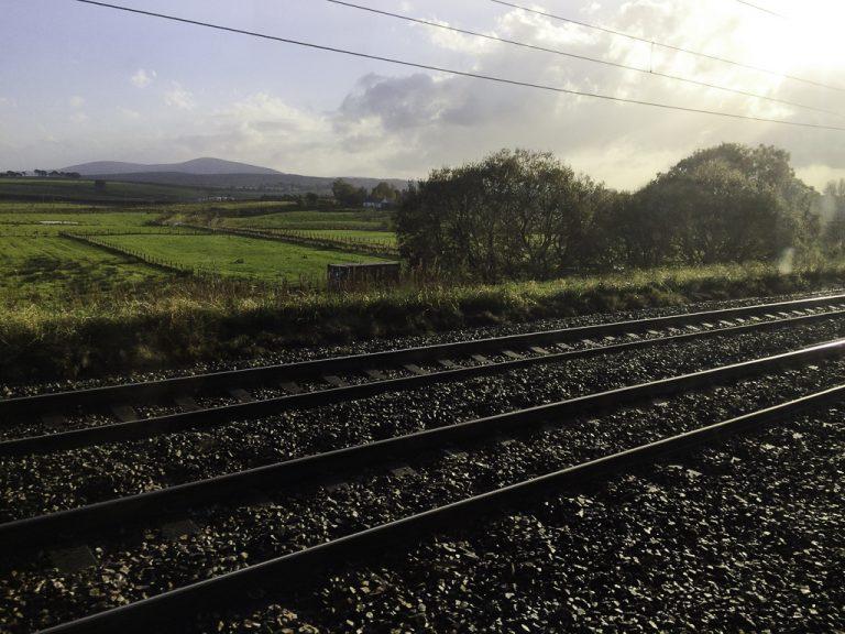 Vi nærmer oss Edinburgh på reise nordover med tog og ferje fra London til Belfast.