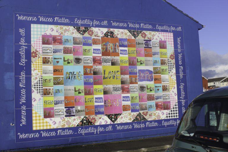 Women's voices matter - ett av veggmaleriene i Belfast.