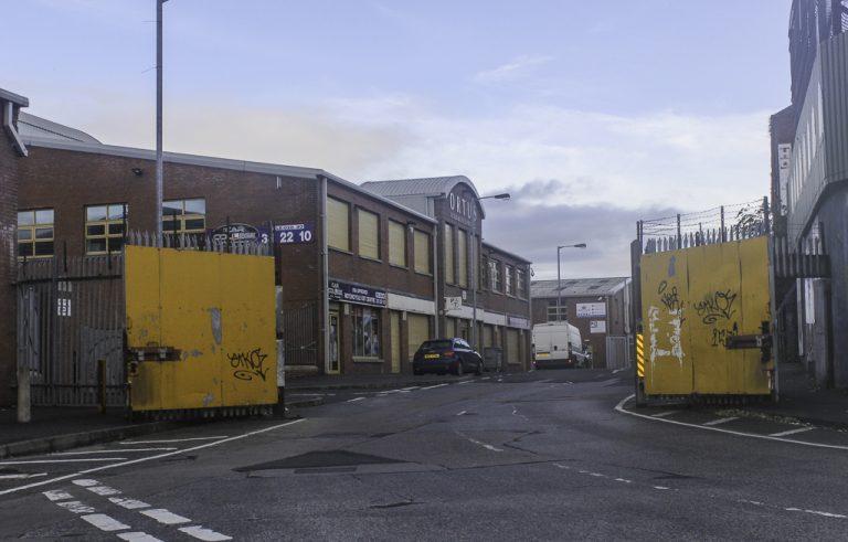 Belfast er fortsatt en delt by. Denne porten stenges hver kveld