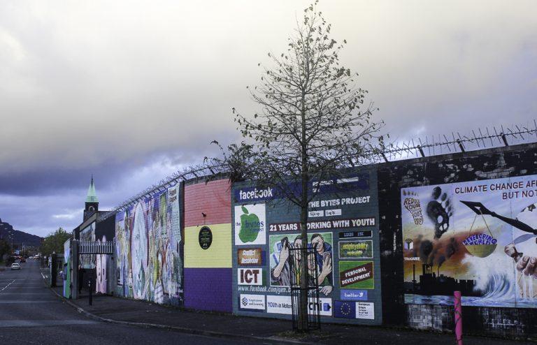 """Murene som deler Belfast kalles """"fredsmurer""""."""