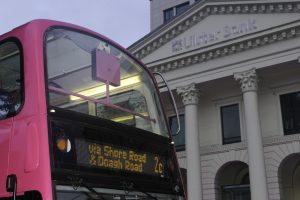 Rosa dobbeltdekkere i Belfast.