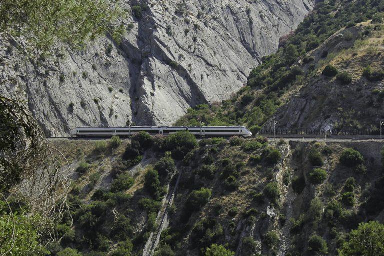 De beste togreisene: Regionaltoget fra Malaga går gjennom Garganta del Chorro.