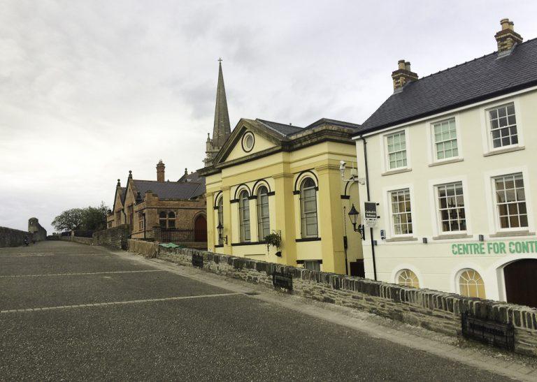 Bymuren i Londonderry/Derry i Nord-Irland er bred - og 2 kilometer lang.