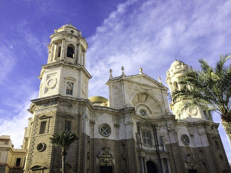 Katedalen i Cadiz ble påbegynt i barrokk stil og bygd ferdig i ny-klassisk stil.