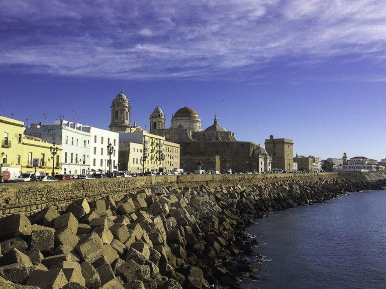 Vakre Cadiz - katedralen sett fra strandpromenaden.