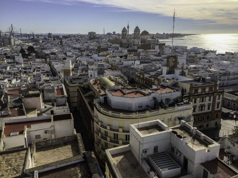 Utsikt fra Torre Tavira mot katedralen og de lange strendene i Cadiz.