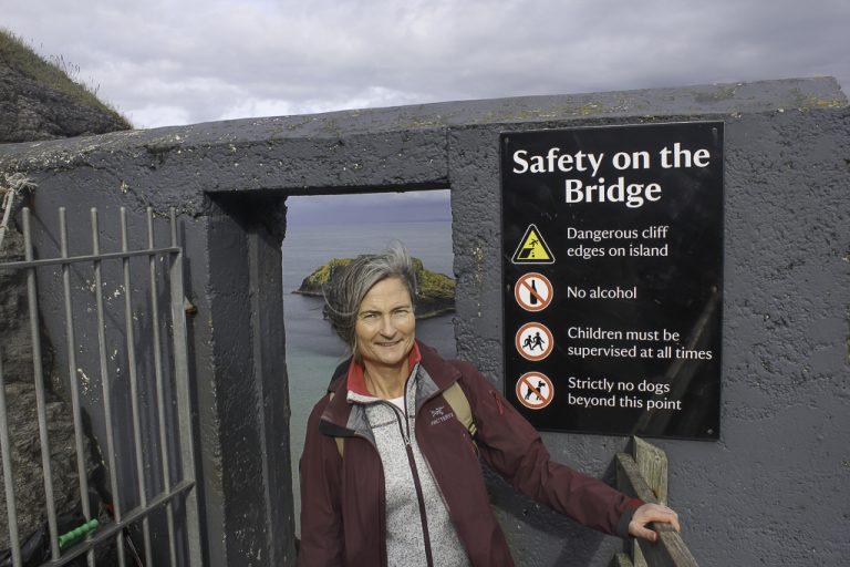 Skilt ved inngangen til hengebroen på Carrick-a-Rede Rope Bridge.
