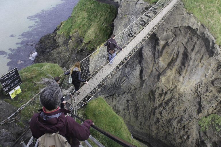 Wow! Vi ser ned på hengebroen, Carrick-a-Rede Rope Bridge.