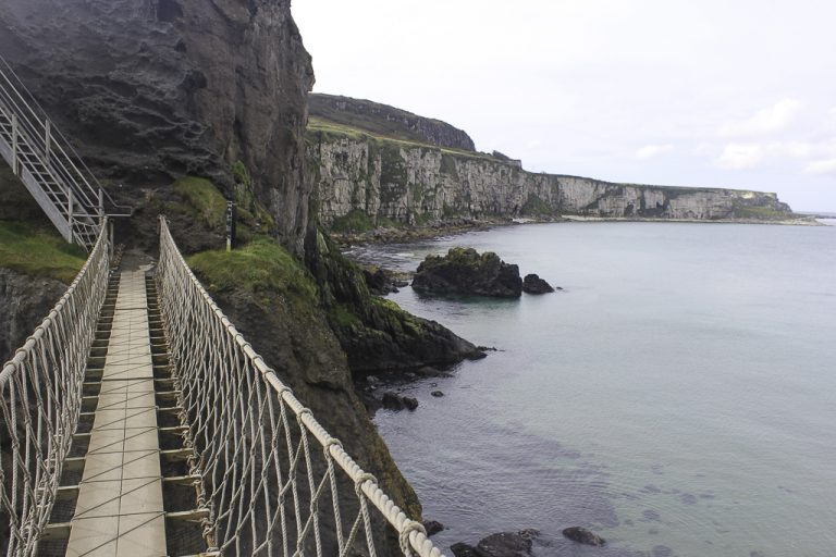 Svimlende vakre Carrick-a-Rede Rope Bridge.