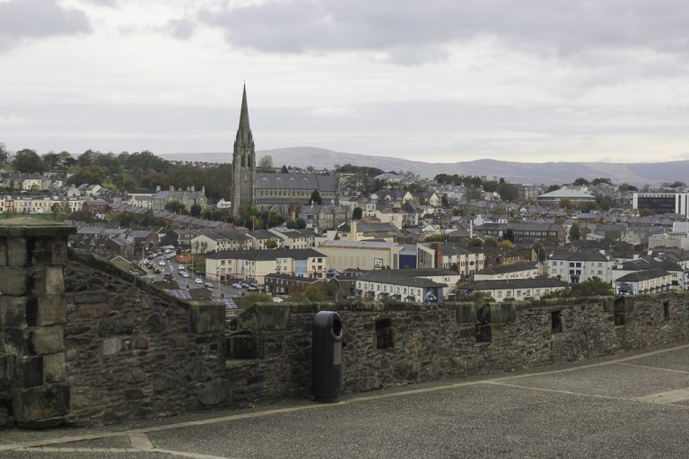 Londonderry/Derry i Nord-Irland sett fra bymuren.