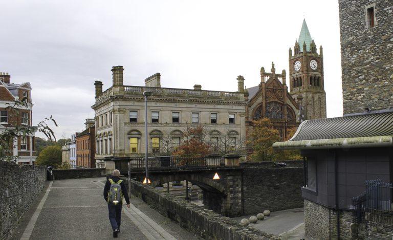 Kveldstur på bymuren rundt Londonderry/Derry i Nord-Irland.