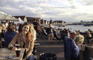 Guro Thobru underveis på reise med buss og tog til Brussel. Her med en øl i dansk solnedgang.