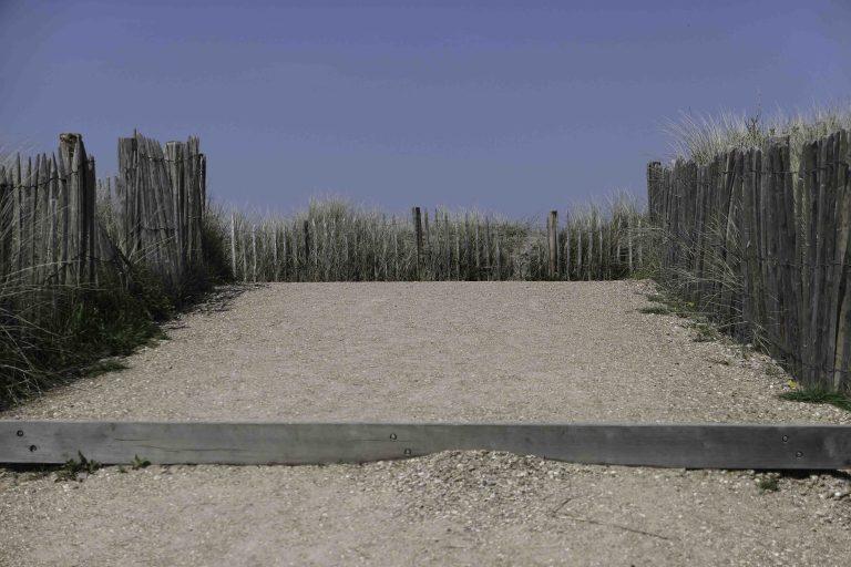 Når vi ser en slik sti, hopper vi av trikken og tar en tur på stranden.