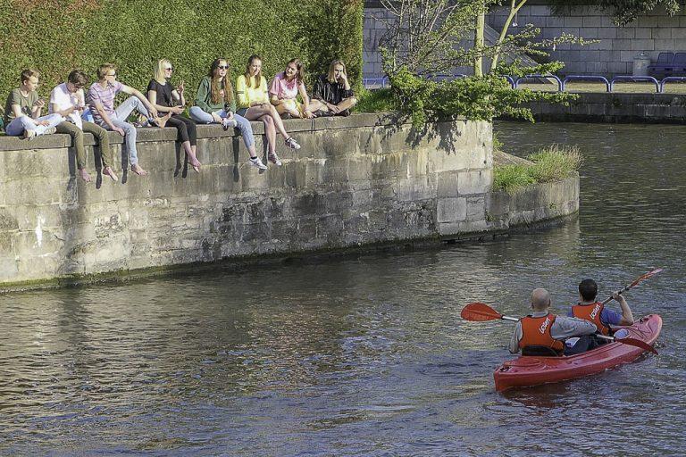 Litt lett sommerflørt langs elven Leie, midt i Gent.
