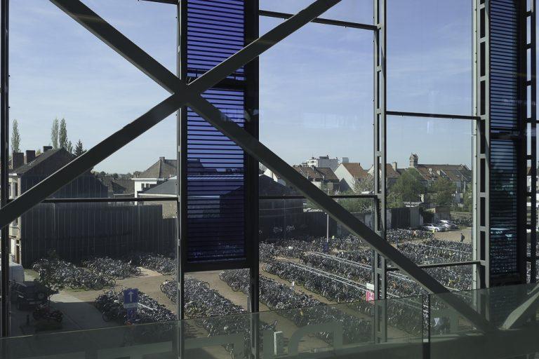 Ta tog til Gent, og fortsett på sykke. Her: Sykkelparkeringen utenfor Gents jernbanestasjon, St. Pieters.