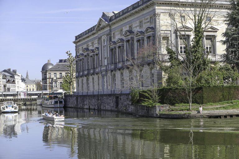 Typisk bybilde i Gent - folkeliv til vanns og til lands.