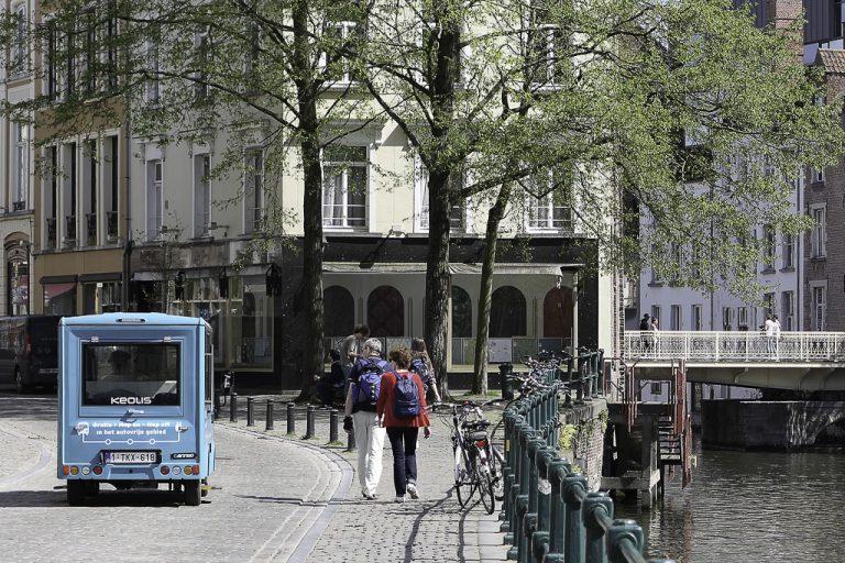 Hop on, hop off. Gratis kollektivtilbud som rusler rolig gatelangs i Gent.