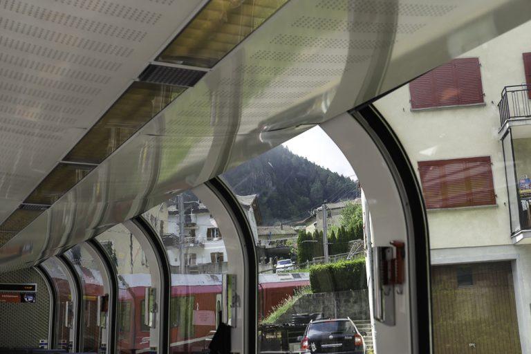 Bernina Express stryker tett inntil husveggene i Tirano.