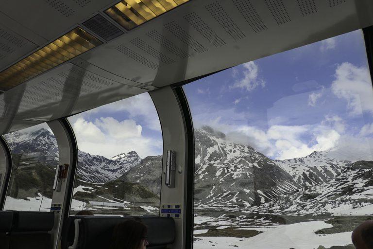 Panoramautsikt fra Bernina Express gjennom Alpene.