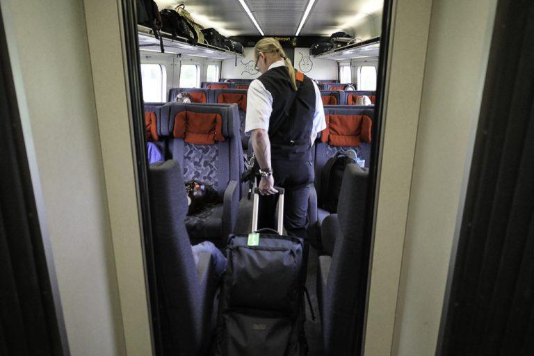En ting er å ha plassreservasjon. En annen er å finne plassen! Her får jeg hjelp av velvillig togvert på toget mellom Hamburg og København.