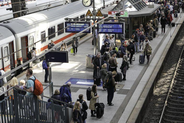 Hamburg Hauptbahnhof! Når vi har kommet hit, er Europa vårt! Herfra er det bare å velge og vrake i togavganger.