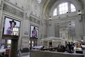 Toglofferens første møte med Milano er imponerende nok. Her fra en av hallene i byens jernbanestasjon, Milano Centrale.