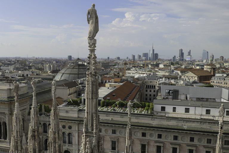 Fantastisk utsikt over millionbyen Milano fra taket av Duomo di Milano.