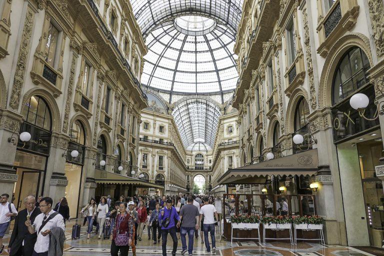 Ikke helt som andre kjøpesentre... Galleria Vittorio Emmanuele II ble bygget på slutten av 1800-tallet for å binde sammen plassen utenfor katedralen med plassen utenfor byens opera, Teatro alla Scala.