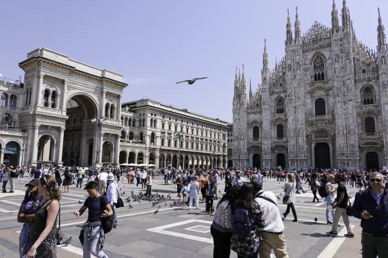 Plassen utenfor katedralen, med inngangen til arkaden Galleria Vittorio Emmanuele II til venstre.