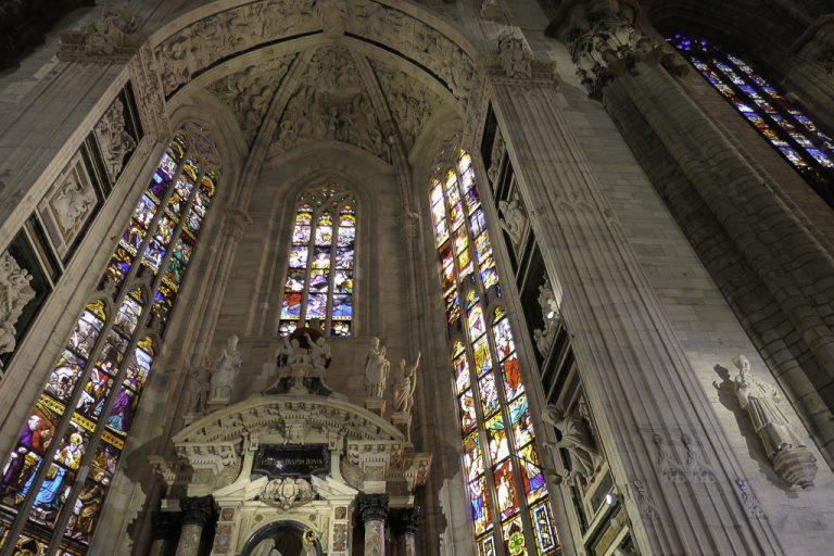 Du må regne med å stå i kø for å komme inn i katedralen i Milano, men det er verd ventingen! Et mektig og utrolig vakkert kirkerom! Bibelhistorien blir fortalt i glassmalerier - de eldste fra 1400-tallet - det nyeste fra 1988!