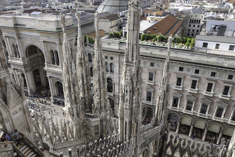 Utsikt fra katedraltaket - her ser vi ned på inngangen til handlearkaden Galleria Vittorio Emmanuele II.