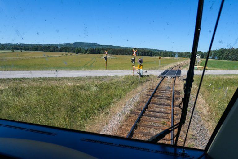 Slik møter vi Kinnekulle når vi tar Sveriges vakreste togreise, Kinnekullebanan.
