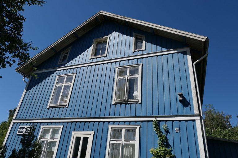 Verdens blåeste pensjonat, Pensionat Karlslund, ligger i bittelille Gössäter, noen kilometer fra Kinnekullebanan.