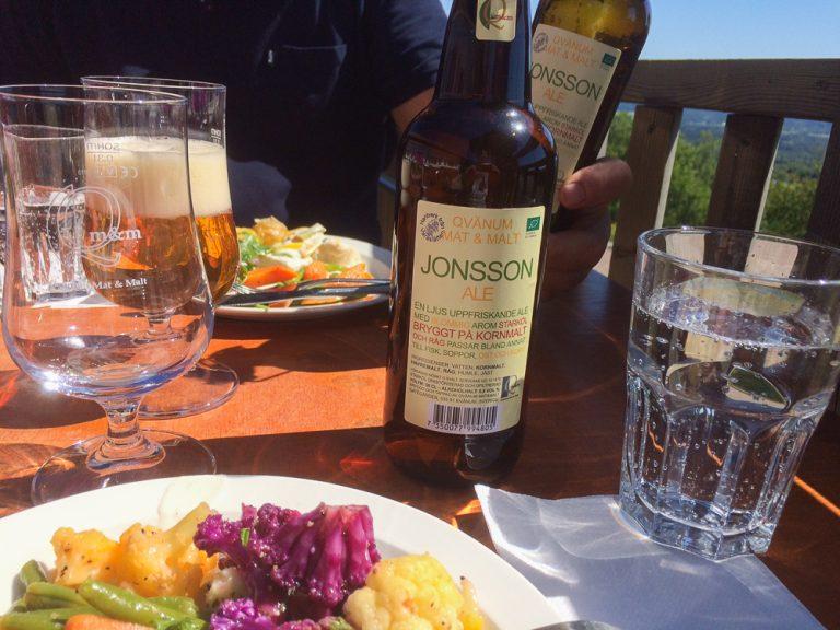 En god lunsj avslutter besøket på Kinnekulle, langs Sveriges vakreste togreise.