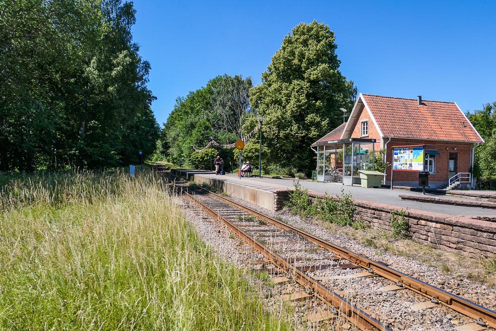 Hällekis stasjon - den bidrar til å gjøre Kinnekullebanan til Sveriges vakreste togreise.