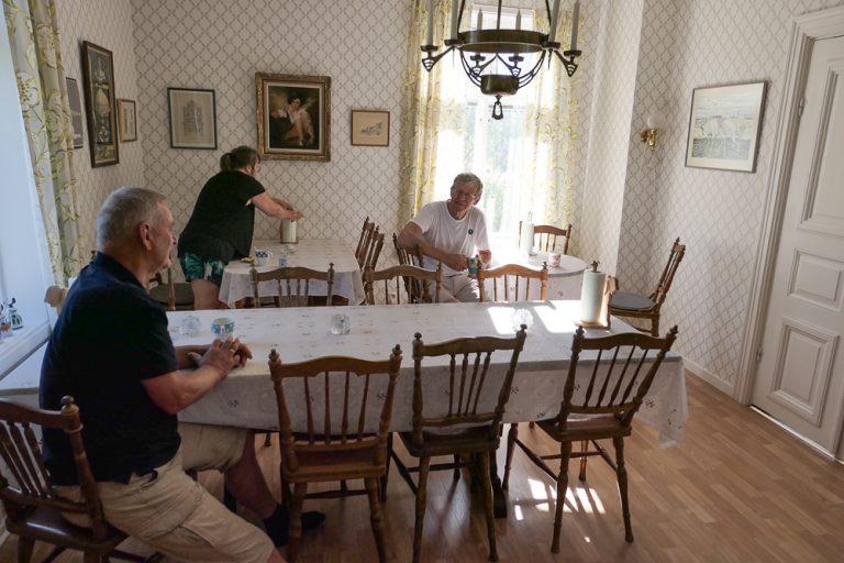 Pensjonatfrokost med nye venner på Pensionat Karlslund.