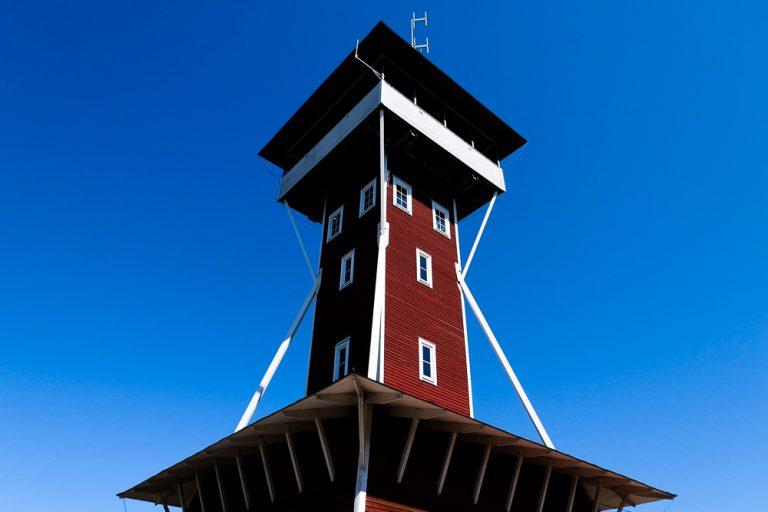 På toppen av Kinnekulle klatrer vi nitten meter opp i utsiktstårnet.