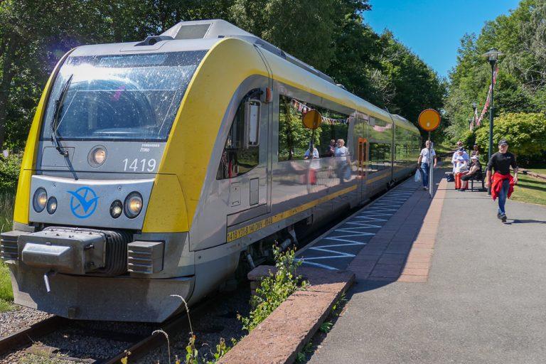 Togsettene på Kinnekullebanan, Sveriges vakreste togreise, er moderne nok, men de kjøres manuelt. Vil du på, markerer du med gult stoppskilt. Vil du av, må du trykke på stoppknappen. Her har vi gått av i Hällekis.