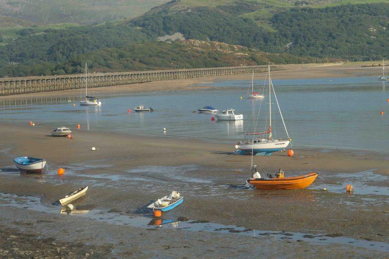 Utsikt fra togvindu i Wales: Havet hadde forlatt båtene..
