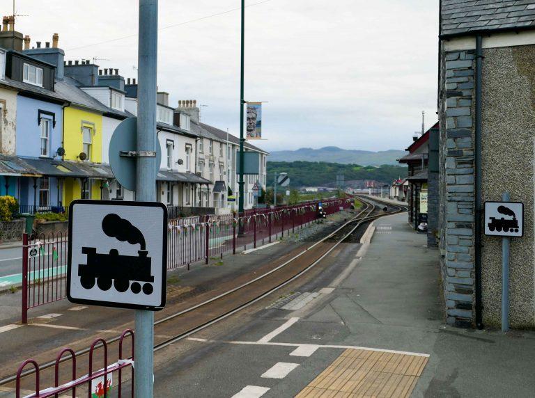 Se opp for damplokomotiv! Gatebilde i Porthmadog, Nord-Wales.