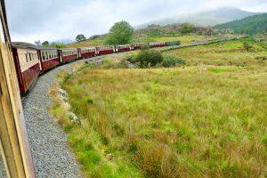 Welsh Highland Railway snor seg gjennom landskapet, på vei til verdensarvbyen Caernarfon nord i Wales.