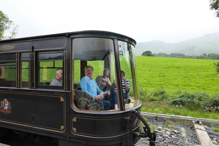 Så fornøyd blir man når man kjører i Pullman-vogn gjennom Wales!
