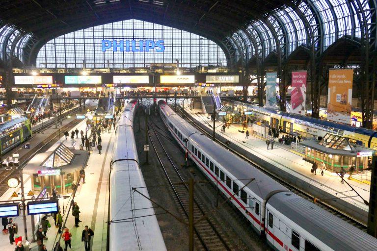 Hamburg Hauptbahnhof - det pulserende hjertet vi må gjennom på reisen sørover til Europa med tog. Herfra pumpes vi videre!