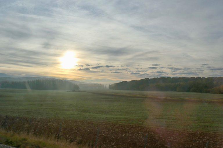 Morgenstemning - et sted mellom Freiburg og Paris. Utsikt fra vinduet underveis på reisen med tog til Spania.