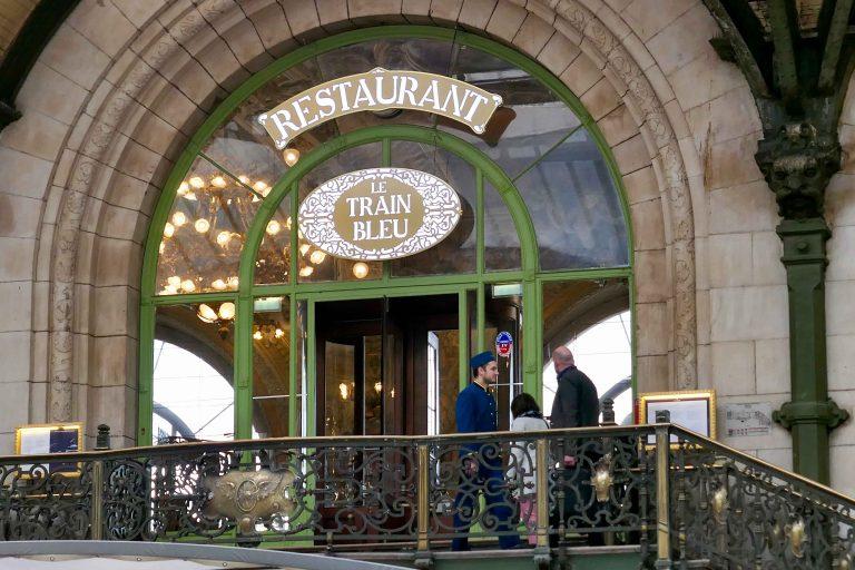 En trapp opp fra hallen der togene kommer og går: Restaurant le Train Bleu på Gare de Lyon, Paris.