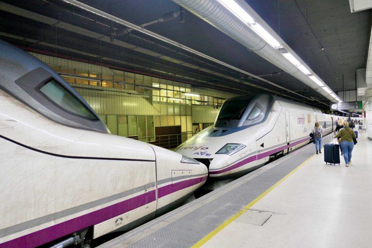 Både i Frankrike og Spania gikk reisen med raske supertog. Her er spanske Renfes AVE-tog klar for avgang fra Barcelona.