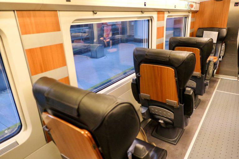 Og slik kan en sitte om bord i et spansk AVE-tog på 1. klasse.