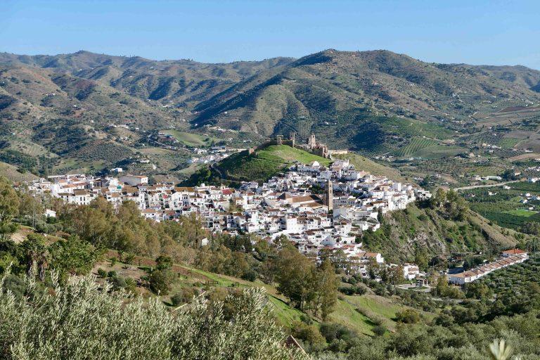 Reisens mål: Lille Álora, en liten hvit by i Andalucia, noen mil inn i landet fra Málaga.